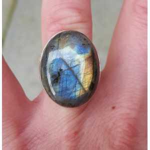 Zilveren ring gezet met brede ovale cabochon Labradoriet 16.5 mm
