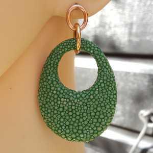Oorbellen met ovale hanger van licht groen Roggenleer
