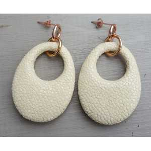 Earrings with oval pendant of light cream Roggenleer