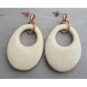 Ohrringe mit ovalem Anhänger von Licht Creme Roggenleer