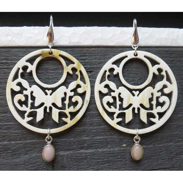 Zilveren oorbellen met uitgesneden Buffelhoorn en Opaal