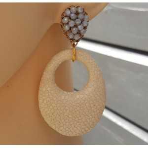 Earrings with pendant of light cream Roggenleer