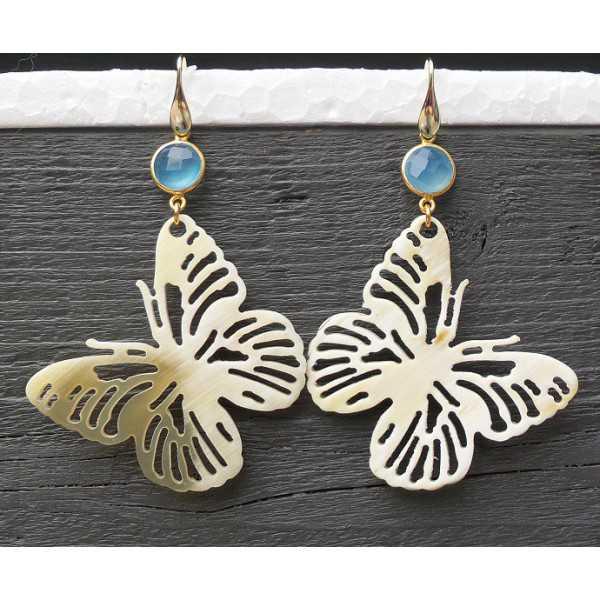 Vergulde oorbellen met vlinder van Buffelhoorn en Chalcedoon