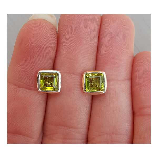 Silver oorknoppen set with square Peridot