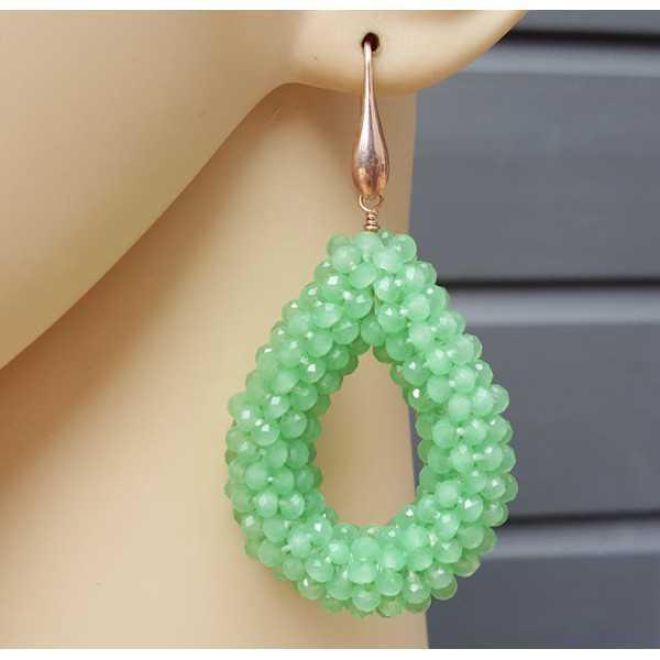 Rosé vergulde oorbellen met open druppel van groene kristallen