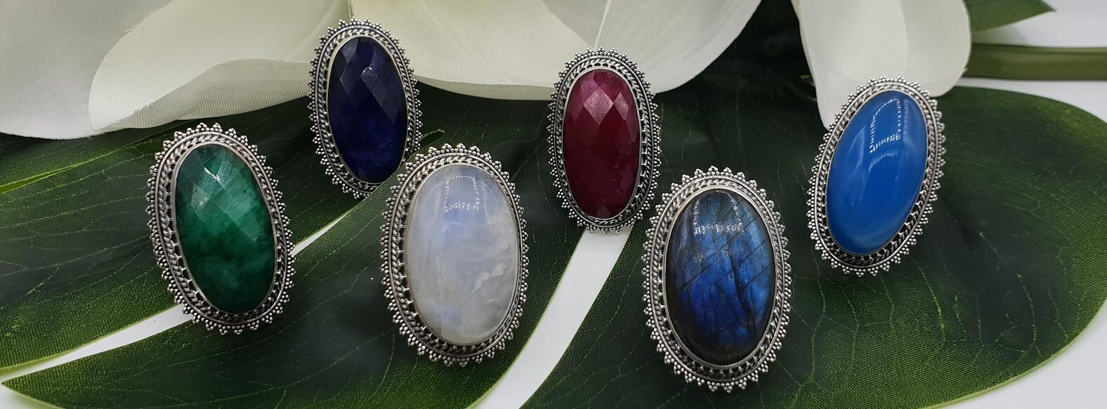 Silberne Edelstein-Ringe